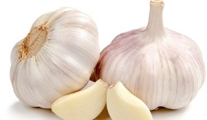 applying garlic against fungus on the legs